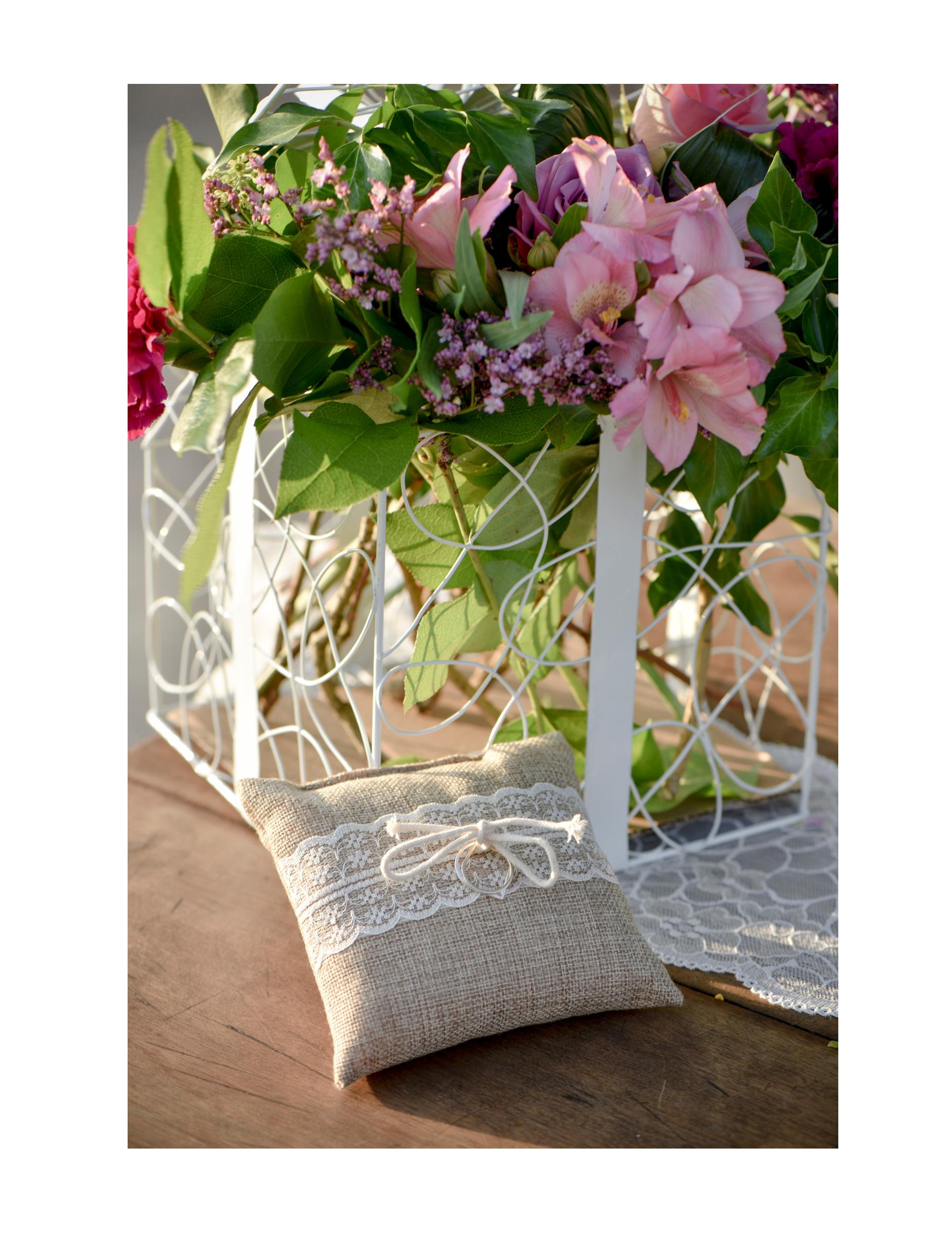 coussin pour alliances en toile de jute et dentelle 12 cm d coration anniversaire et f tes. Black Bedroom Furniture Sets. Home Design Ideas