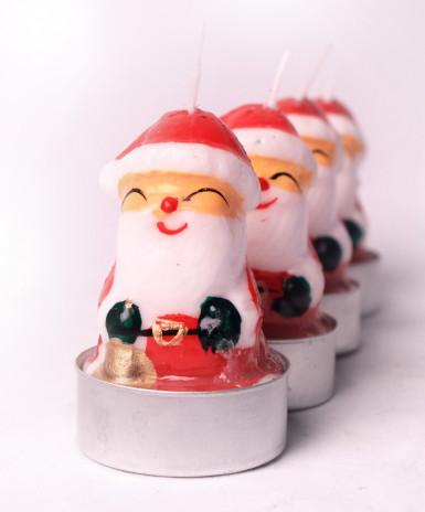 5 petites bougies en forme de Père Noël