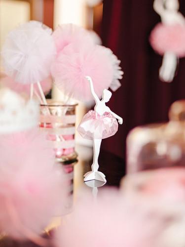 Danseuse ballerine en bois blanc et tulle rose-1