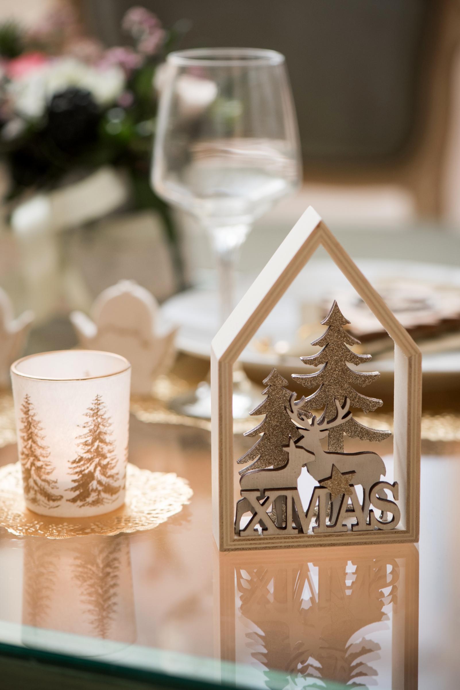 cabane en for t de no l en bois naturel et paillettes 9 x 3 x 14 5 cm d coration anniversaire. Black Bedroom Furniture Sets. Home Design Ideas