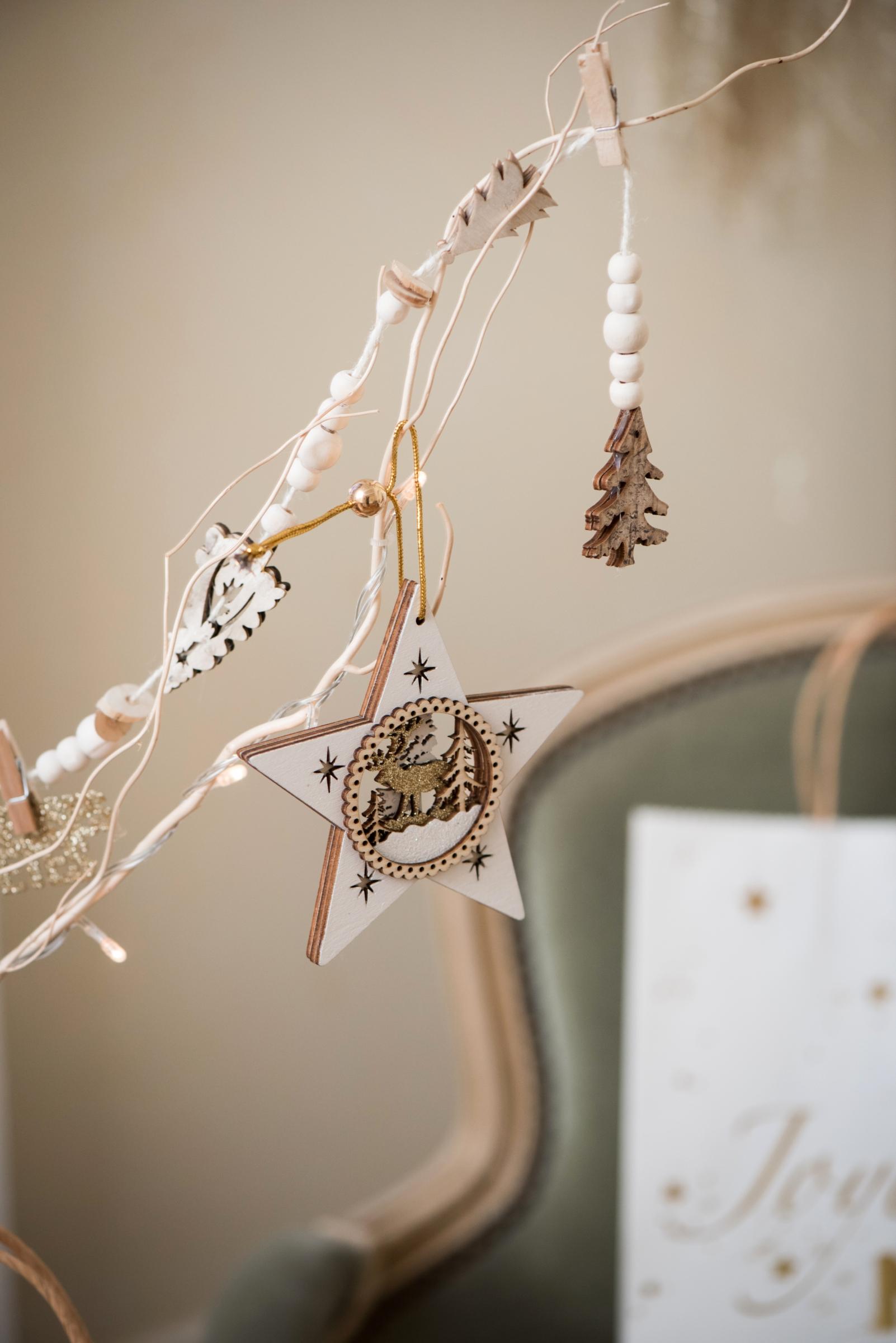 suspension etoile en bois blanc 11 cm d coration anniversaire et f tes th me sur vegaoo party. Black Bedroom Furniture Sets. Home Design Ideas