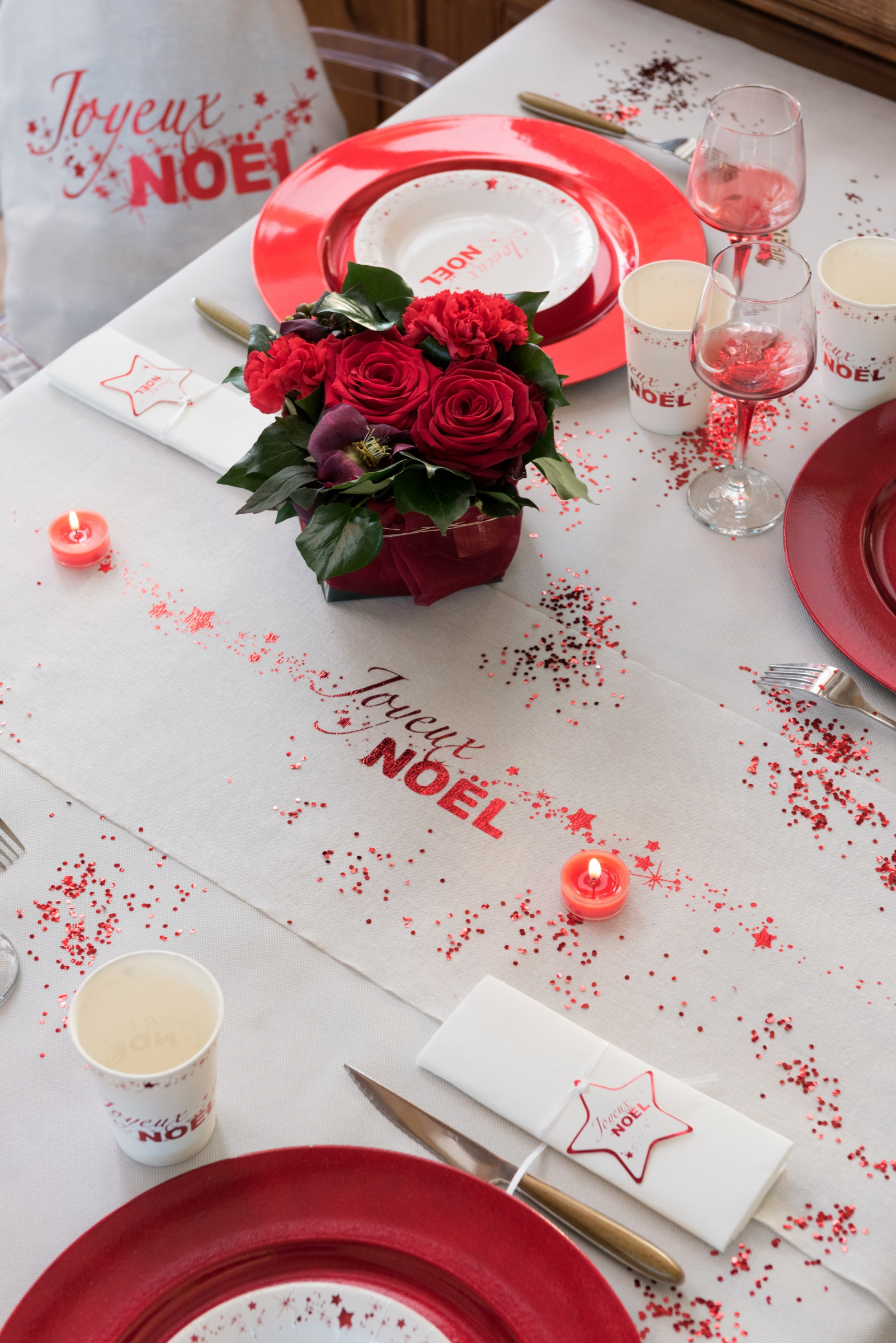 chemin de table en coton joyeux no l blanc et rouge 3 m. Black Bedroom Furniture Sets. Home Design Ideas