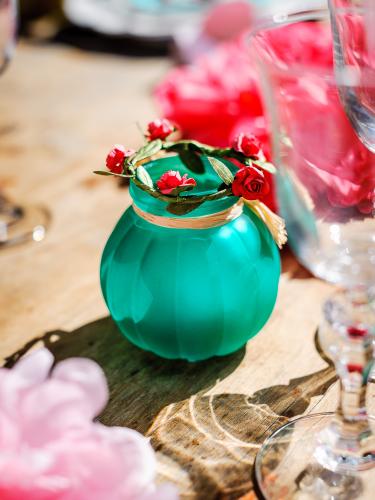 Vase en verre émeraude avec raphia 8 cm-1