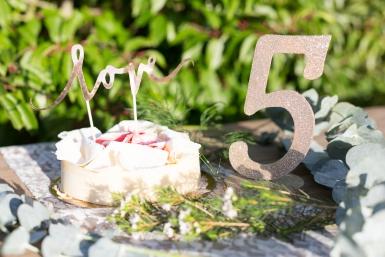 Centre de table chiffre 5 bois pailleté champagne 20 cm-1