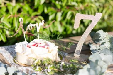 Centre de table chiffre 7 bois pailleté champagne 20 cm-1