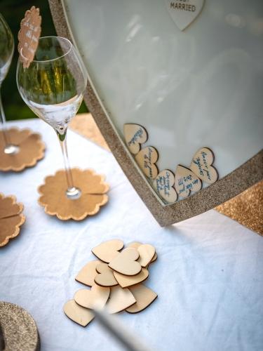 Cadre livre d'or pailleté avec cœurs en bois-2