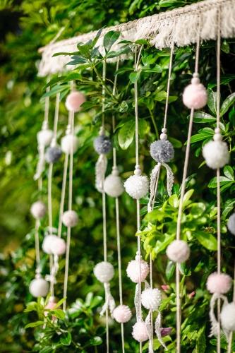 Tenture de pompons rose, gris et blanc 70 x 95 cm-1