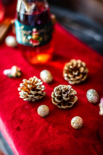 23 Petites décorations de table Noël paillettes dorées-1