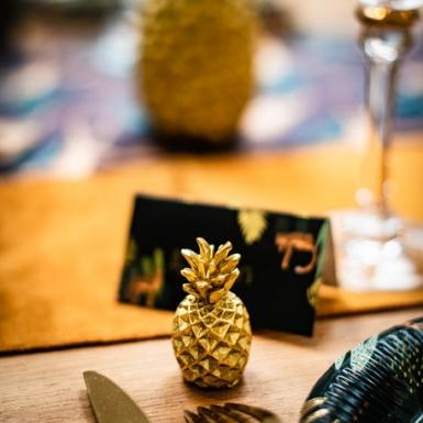 2 Marque-places ananas en résine dorés 5,5 cm-1
