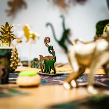 2 Singes sur socle en bois verts et dorés 11 x 5 x 12 cm-1