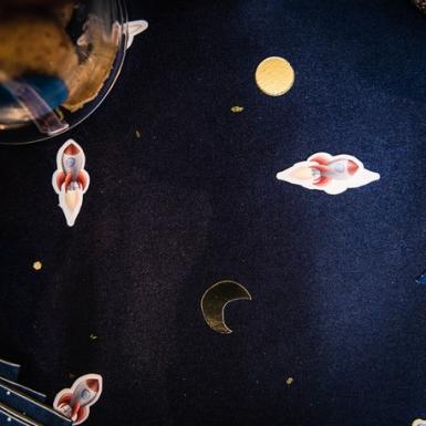 100 Confettis en carton astronautes avec dorure 2 à 4 cm-1