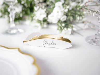 10 Marque-places en carton plumes blanches et dorées métallisées 10,5 x 3 cm-1