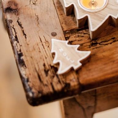 5 Sapins porte-noms en bois cérusé contours blancs 6 cm-1