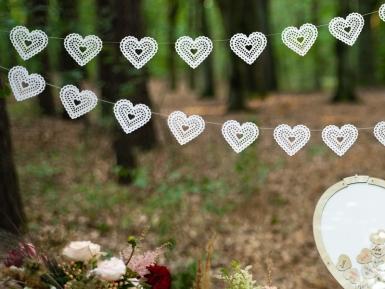 Guirlande en papier cœurs dentelle blanche 8 cm x 1,8 m-1