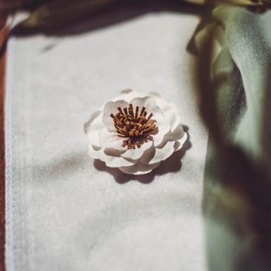 6 Fleurs en papier adhésives blanches pistille camel 5 cm-1