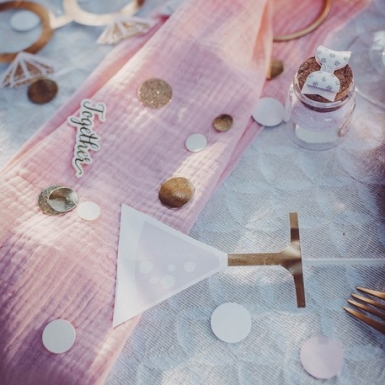Confettis de table roses, blancs, paillettes or métallisés 14 gr 1,5/2/2,5 cm-1