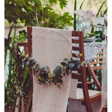 Couronne en métal d'eucalyptus et fleurs blanches cerle or 30 cm-1