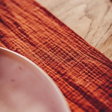 Chemin de table gaze de coton terracotta 30 cm x 3 m-1