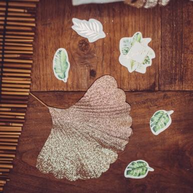100 Confettis de table tropical ivoire avec dorure 2 à 4,5 cm-1