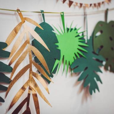 Guirlande en carton feuilles tropicales dorées et dégradé de vert 2 m-1