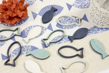 12 Confettis de table poissons bleus et blancs 4 x 2 cm-1